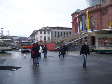 Ephemere Tribüne, Gutenbergplatz, Mainz; Quelle: T.D., 21.02.2009