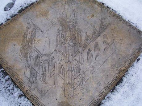 Gedenkplatte auf dem Liebfrauenplatz, Mainz; Quelle: T.D.