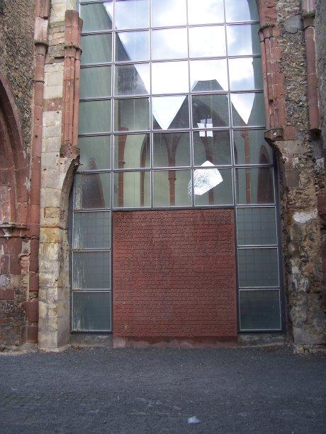 St. Christoph, Mainz, Blick in den genutzten Ostchor mit der großen Gedenkplatte; Quelle: T.D.