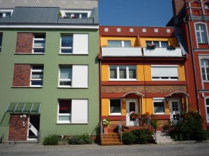 Ein schönes Beispiel unterschiedlicher Gebäudehöhen. Gut sichtbar sind hier auch die oftmals in den abgeschrägten Dachansätzen untergebrachten Balkone.