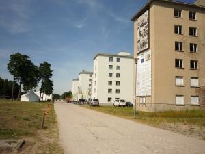 Prora auf Rügen. Im hinteren Teil des Baus die neue Jugendherberge.