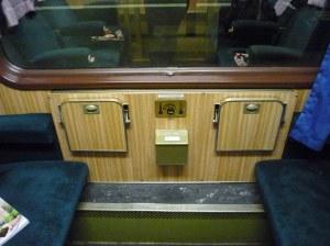 Man beachte die kleinen Details. Nicht nur können die Passagiere das Licht im Abteil selbst an- und ausschalten, sondern sie werden auch für befähigt gehalten die Temperatur selbst zu regeln.